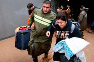 FOTOS: Carabineros rescata a turistas argentinos de inundación en Providencia