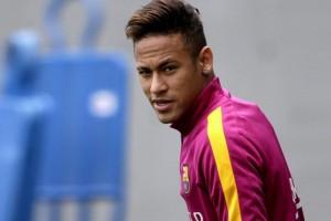 Neymar derriba drone con fulminante pelotazo
